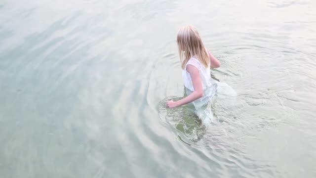 vidéos et rushes de white swim - robe blanche