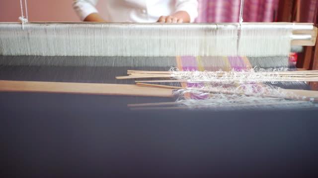 weiße fäden auf einem webstuhl von traditionellen handgefertigten - textilfabrik stock-videos und b-roll-filmmaterial