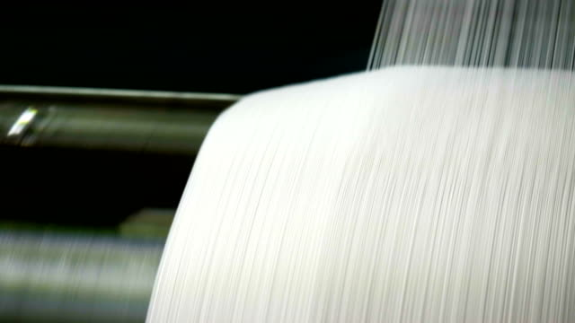 vídeos de stock e filmes b-roll de white threads on a loom in retro classical style warp knitting  machine - textile