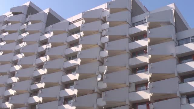 white tower building - beton stock-videos und b-roll-filmmaterial