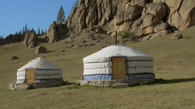 vídeos de stock e filmes b-roll de white traditional yurts on land against blue sky - ulaanbaatar, mongolia - ulan bator