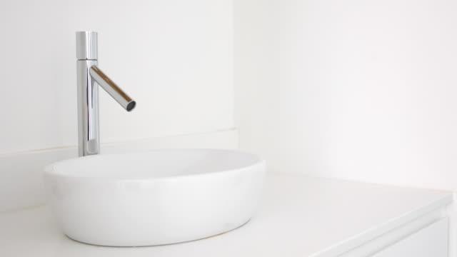weiße eitelkeit becken und hahn in modernen wohnung - home decor - waschbecken stock-videos und b-roll-filmmaterial