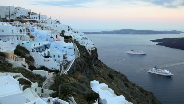 vídeos de stock, filmes e b-roll de white washed houses of thira overlooking the aegean sea on the island of santorini, greece, europe - oia santorini