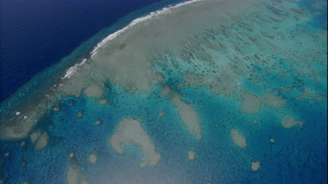 white waves outline the sandbars of the great barrier reef. available in hd. - great barrier reef stock videos & royalty-free footage