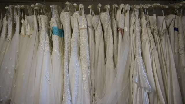 white wedding dresses are seen on october 11 2016 in london england it's a chinese custom for couples to have their wedding photos taken before they... - hochzeitskleid stock-videos und b-roll-filmmaterial