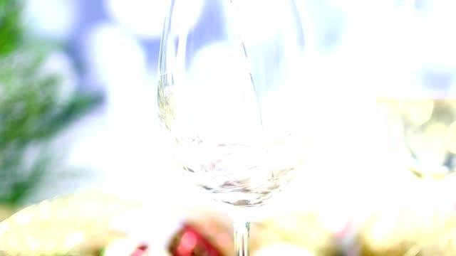白ワインとクリスマス パーティーで雪が降っています。