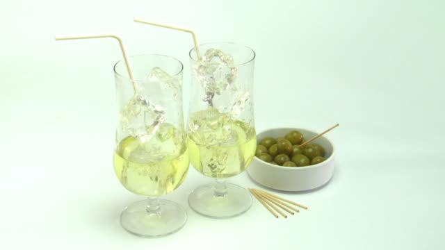 White wine spritzer pour and garnish