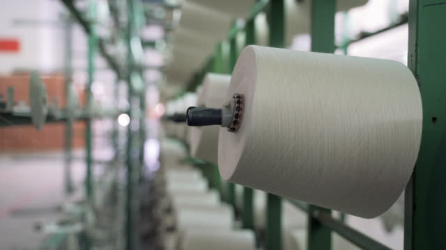 weiße garnspulen in der verformungscreme der industriellen warpingmaschine in der textilfabrik - baumwolle stock-videos und b-roll-filmmaterial