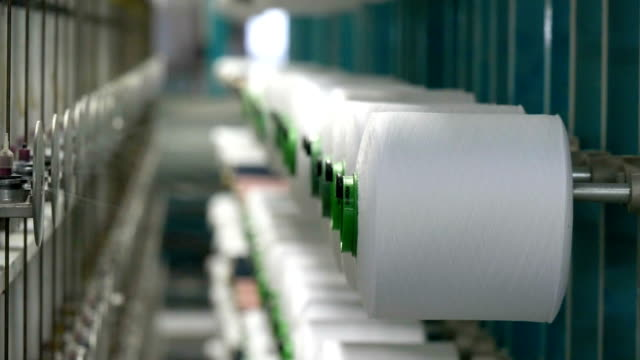 vídeos de stock e filmes b-roll de white yarn spools of industrial  warping machine  in textile factory - textile