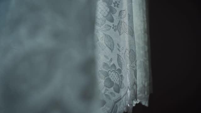 そよ風に泣く白いレースのカーテン - カーテン レース点の映像素材/bロール