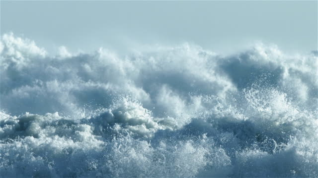 stockvideo's en b-roll-footage met whitewash from huge waves in slow motion - dichterbij komen