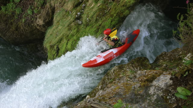 stockvideo's en b-roll-footage met slo mo whitewater kayaker dropping een waterval en duik in het zwembad - majestueus