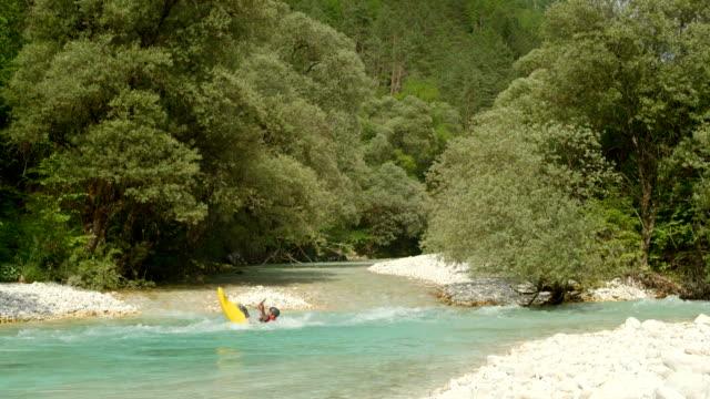 vídeos de stock e filmes b-roll de hd: praticante de caiaque whitewater rolar para baixo o rio - one mid adult man only