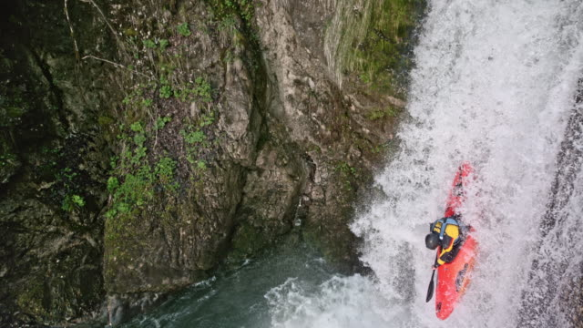 vídeos de stock e filmes b-roll de slo mo whitewater kayaker running a nice waterfall - kayaking