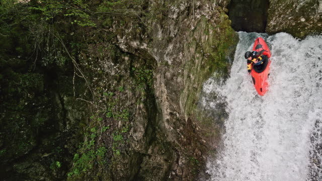 slo mo whitewater kayaker running a waterfall and diving into the plunge pool - kayak video stock e b–roll