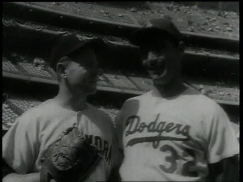 vídeos de stock e filmes b-roll de whitey ford and sandy koufax stand on baseball field / new york city, new york, united states - campeonato desportivo