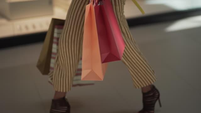 vídeos de stock e filmes b-roll de who doesn't love the smell of shopping bags? - viciado em compras