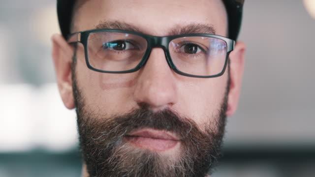 vídeos de stock, filmes e b-roll de quem é o homem além da barba? - foco técnica de imagem
