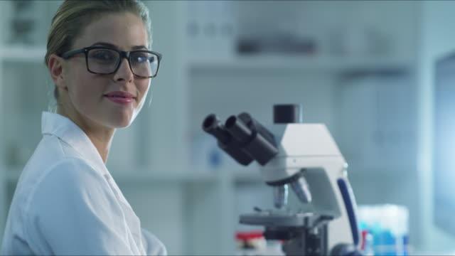 vídeos y material grabado en eventos de stock de ¿quién sabe qué nuevos descubrimientos vamos a hacer hoy - patólogo