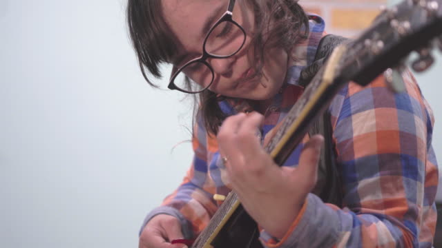 who says that she can't play guitar - sindrome di down video stock e b–roll