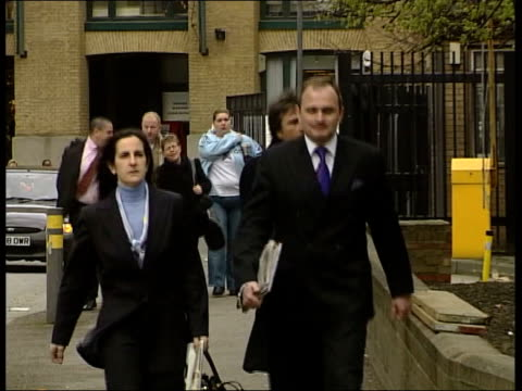 who want to be a millionaire fraud trial: jury retires; itn england: london: southwark: ext major charles ingram and wife diana, defendents in the... - gioco televisivo video stock e b–roll