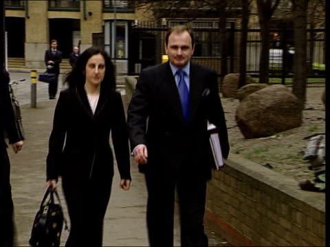 who wants to be a millionaire' fraud trial; itn england london southwark ext army major charles ingram and wife diana arriving at court to answer... - gioco televisivo video stock e b–roll