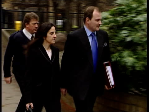 who wants to be a millionaire' fraud trial; itn england: london: southwark: ext army major charles ingram and wife diana arriving at court to answer... - トリビア点の映像素材/bロール