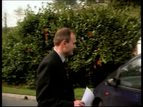 vídeos de stock e filmes b-roll de 'who wants to be a millionaire' - three arrested; england: wiltshire: int major charles ingram along to car as speaking to press - concurso televisivo