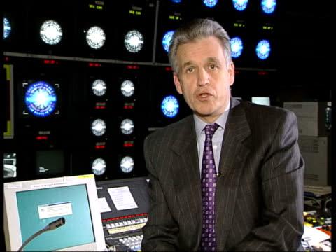 vídeos y material grabado en eventos de stock de 'who wants to be a millionaire' - three arrested; london: int i/c - concurso televisivo