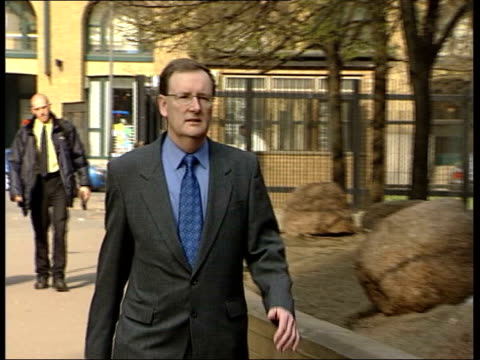 'who wants to be a millionaire' trial summing up; itn lib from server england: london ext tecwen whittock arriving at court major charles ingram... - gioco televisivo video stock e b–roll