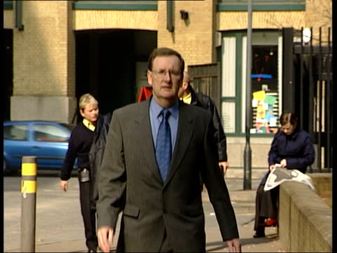 vídeos de stock e filmes b-roll de 'who wants to be a millionaire' trial summing up; itn lib from server england: london ext tecwen whittock arriving at court - concurso televisivo