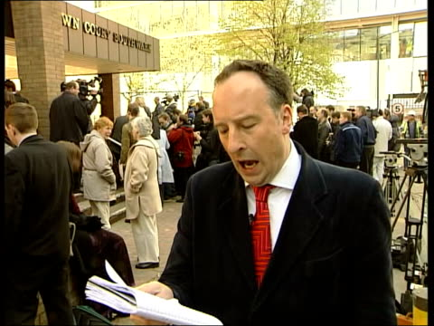 'who wants to be a millionaire?' trial verdict; itn england: london: southwark crown court: ext press scrum around major charles ingram and wife... - gioco televisivo video stock e b–roll