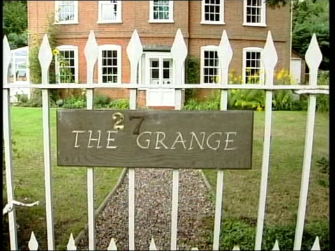 'who wants to be a millionaire?' trial verdict; lib wiltshire: 'the grange' on gate outside ingrams' house tilt up - gioco televisivo video stock e b–roll