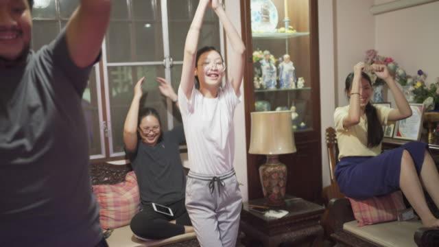 熱心な19ウイルスロックダウン状況で一緒にダンスゲームに家族全員 - リアルライフ 点の映像素材/bロール