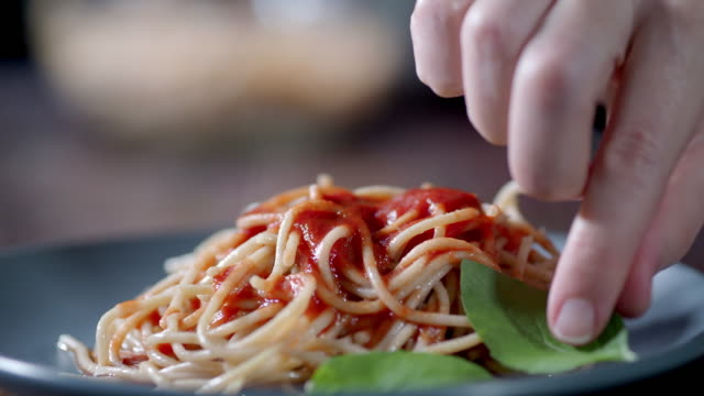 stockvideo's en b-roll-footage met volkoren spaghetti - volkorentarwe