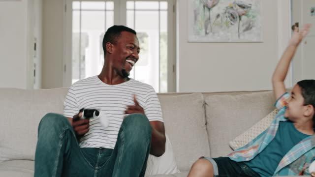 vídeos de stock, filmes e b-roll de quem vai ganhar? - videogame