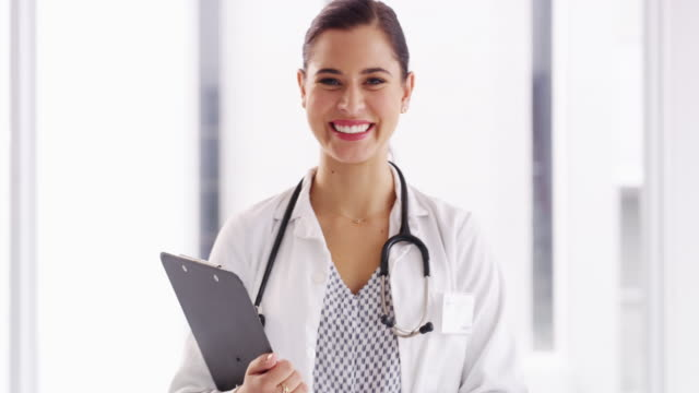 why don't you tell me all about your healthcare concerns? - camice da medico video stock e b–roll