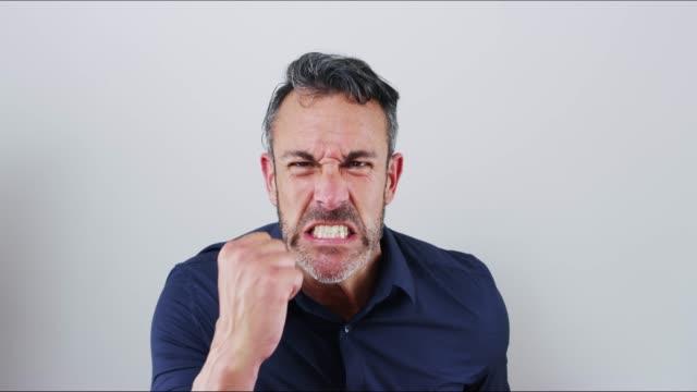 vídeos de stock e filmes b-roll de why?? just why?? - agressão