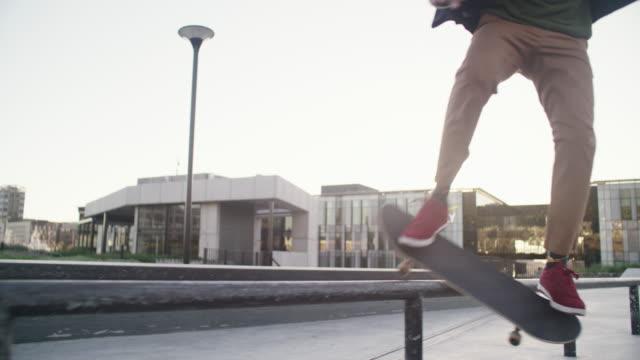 warum gehen, wenn sie skaten können! - halfpipe stock-videos und b-roll-filmmaterial