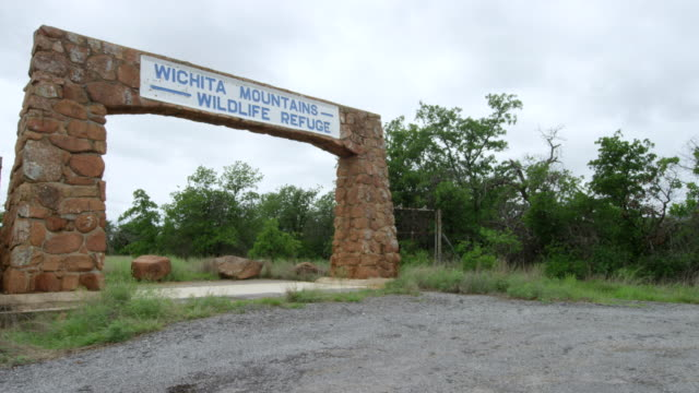 ws zi wichita mountains wildlife refuge entrance sign on stone gate / wichita mountains wildlife refuge, oklahoma, united states  - 自然保護区点の映像素材/bロール