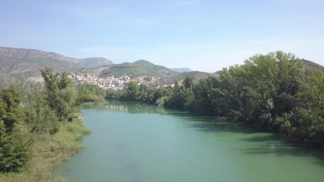 vídeos de stock e filmes b-roll de wide aerial, scenic river in spain - céu claro