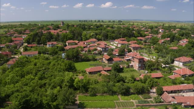 vídeos de stock, filmes e b-roll de wide aerial shot of houses in rural town / asenovtsi, bulgaria - bulgária
