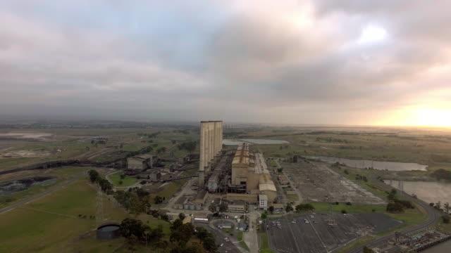 vídeos de stock, filmes e b-roll de wide aerial shot of the hazelwood power station in the latrobe valley, victoria. - david ewing
