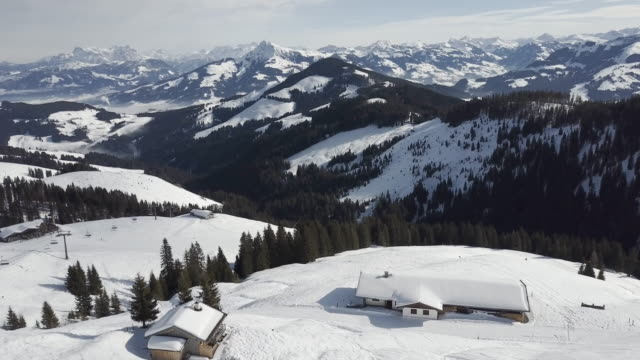 wide aerial, ski resort in austria - stazione sciistica video stock e b–roll
