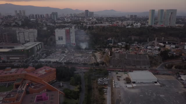 stockvideo's en b-roll-footage met wide aerial, smoke rises in mexico city - mexico stad