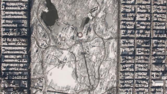 vídeos de stock e filmes b-roll de wide aerial view of central park with snow on a sunny winter day - fonte bethesda