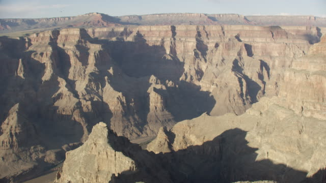 vidéos et rushes de wide aerial view of the grand canyon on a sunny day - grand canyon
