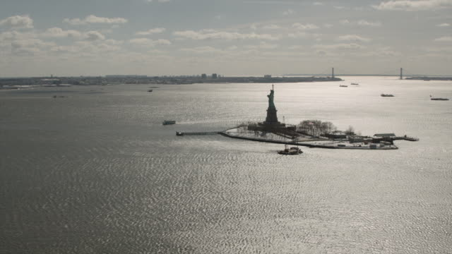 vídeos y material grabado en eventos de stock de wide aerial view of the statue of liberty facing east - figura femenina
