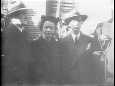 stockvideo's en b-roll-footage met wide and close up shots of a crowd gathering outside the boyhood home of new york governor al smith on oliver street / close up shot of daughter and... - al smith