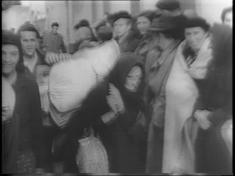 vidéos et rushes de wide and close up shots of yugoslav patriots exiting a boat in italy / medium shots of the refugees as they carry their belongings to their tents /... - réfugié